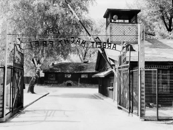 """""""Entrée du camp du camp de concentration d'Auschwitz avec l'inscription """"Arbeit macht frei"""" (""""le travail rend libre"""") représentée après sa libération par les troupes soviétiques en janvier 1945"""""""