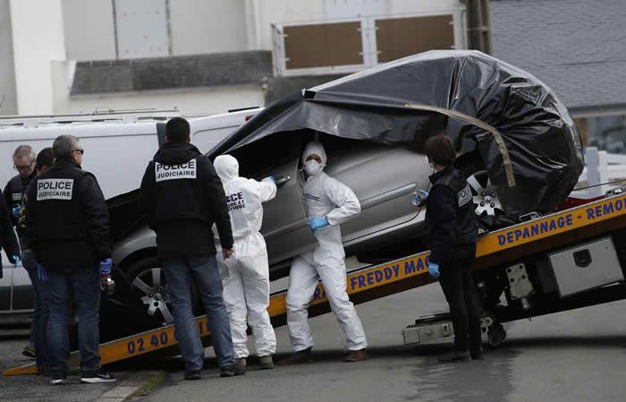 Des enquêteurs de la police scientifique enlèvent la voiture de Sébastien Troadec, retrouvée le 2 mars 2017, à Saint-Nazaire (Loire-Atlantique). . (Stephane Mahe / Reuters)