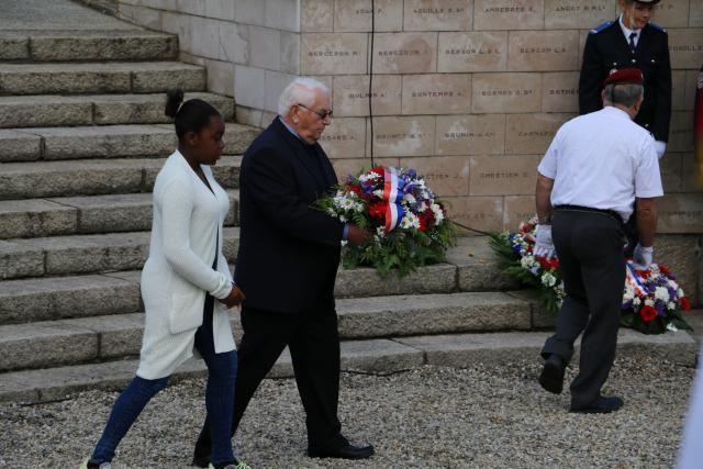 Plusieurs gerbes ont été déposées au monument aux morts de la place De Gaulle, lors des commémorations départementales du 8-Mai 1945 qui se sont déroulées lundi 8 mai 2017à Alençon