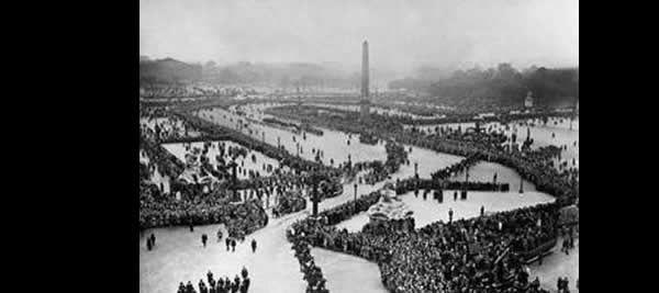 Vue générale du cortège place de la Concorde à Paris, lors des funérailles nationale de Paul Doumer le 12 mai 1932