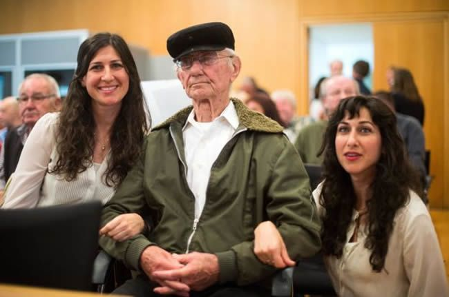Holocaust survivor Joshua Kaufman (C) attended the Hanning trial, accompanied by his daughters Rachel (L) and Alexandra