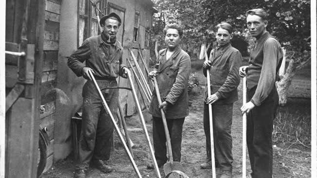 Requis du STO, dont Albert Besson à gauche, au jardin de Nemitz à Stettin (Pologne), en mai 1944. | Collection Albert Besson