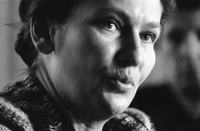Le 23 février 1975 à Caen. Simone Veil, alors ministre de la santé, lors de sa visite d'un centre anti-cancer. AFP