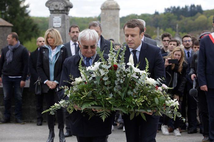 Emmanuel Macron à Oradour-sur-Glane, en compagnie d'un survivant du massacre nazi, le 28 avril 2017