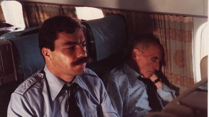 Dans l'avion qui l'amenait en France pour y répondre de ses crimes, Klaus Barbie a le plus souvent dormi, sous la garde du gendarme Charles Reverchon. - .