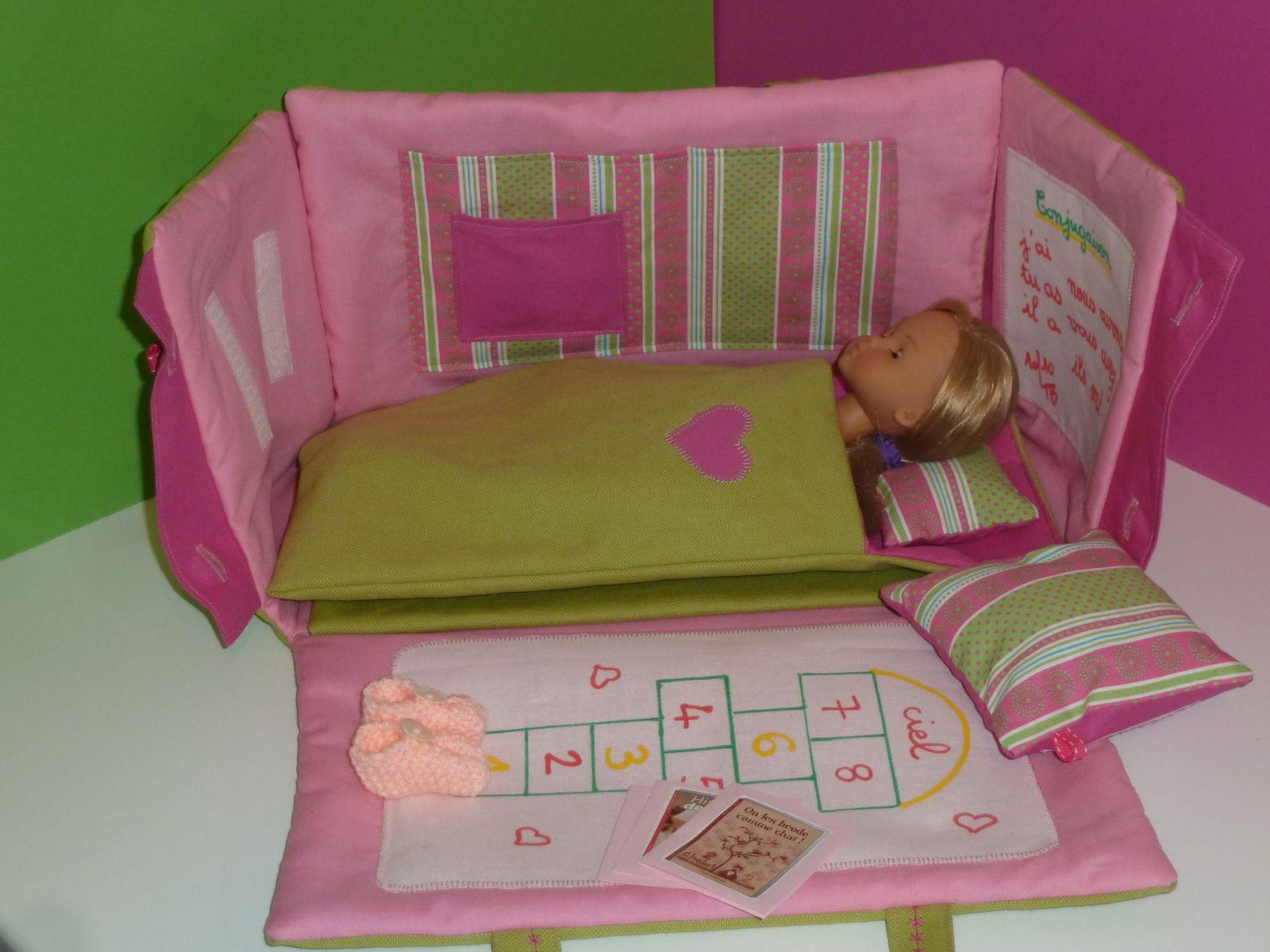 sac chambre lit vert et rose pour poup e ch rie de corolle le voyage du sac cadeaux. Black Bedroom Furniture Sets. Home Design Ideas