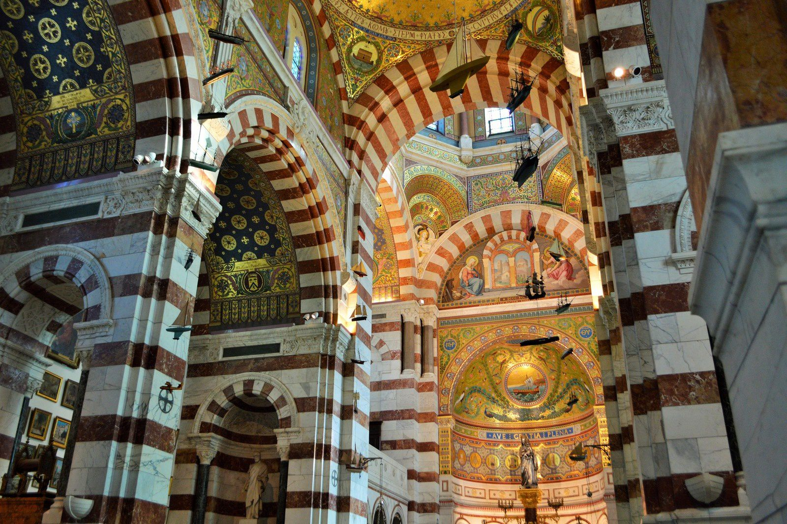 Notre Dame de la garde et le vallon des Auffes