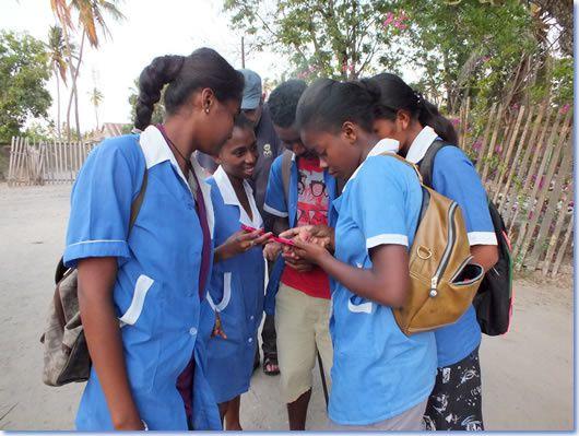 Le smartphone, hors cadeau, est inaccessible, mais sa technique est connue de tous... Là, ce lycéen télécharge l'application Facebook...