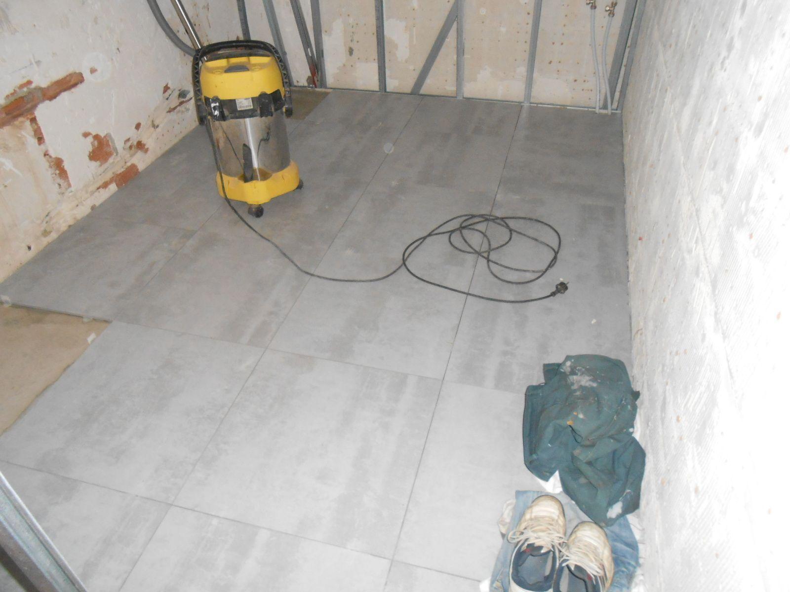 Sol de la salle de bain la maison aux 12 travaux for Isolation sol salle de bain