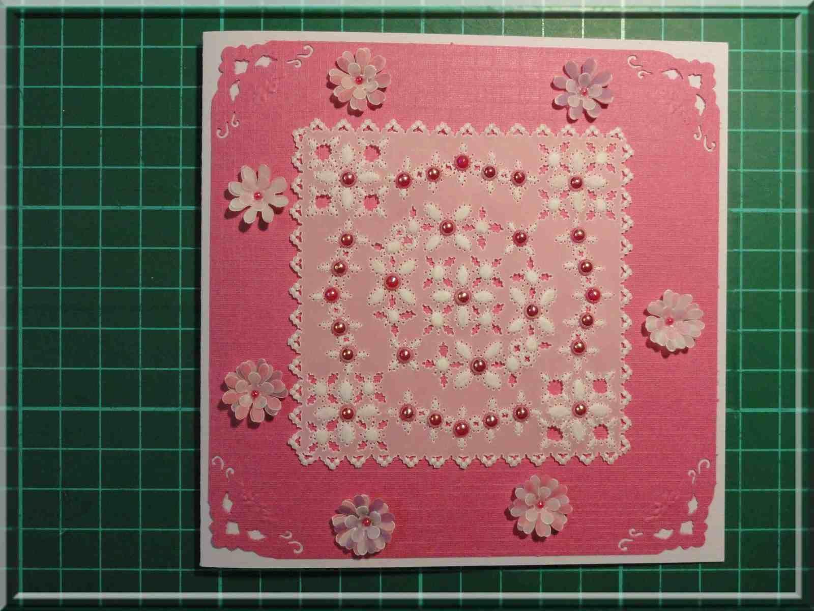 Carte Pergamano fuschia avec perles et fleurs