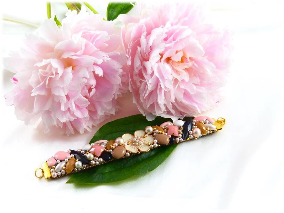 Strass opaque. Bouton fleur crème. Navettes et perles facettes en jais.