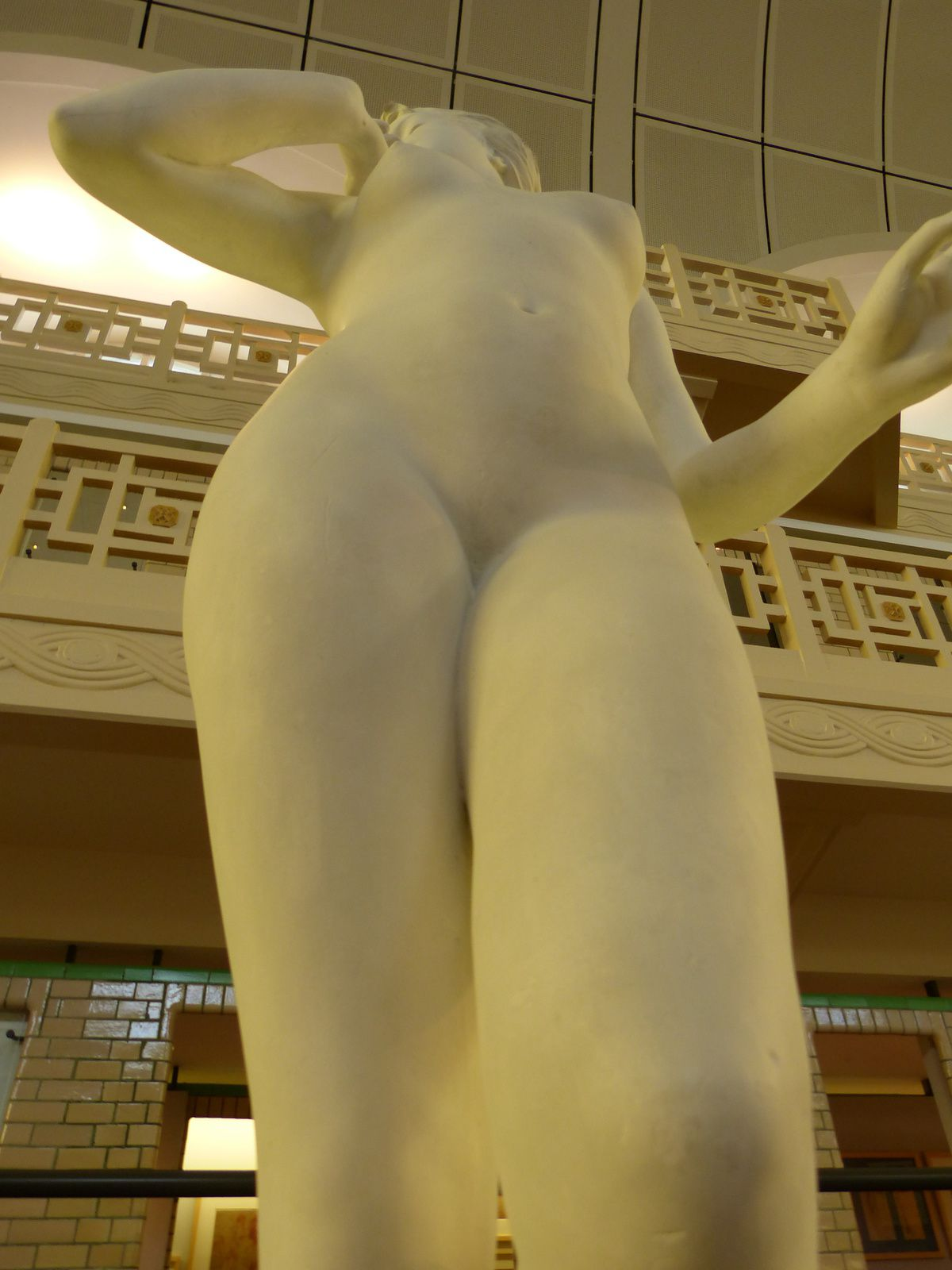 EXTRAORDINAIRE INITIATIVE que d'avoir transformée cette ancienne piscine style art-déco de ROUBAIX en un concentré d'arts sous toutes ses formes....