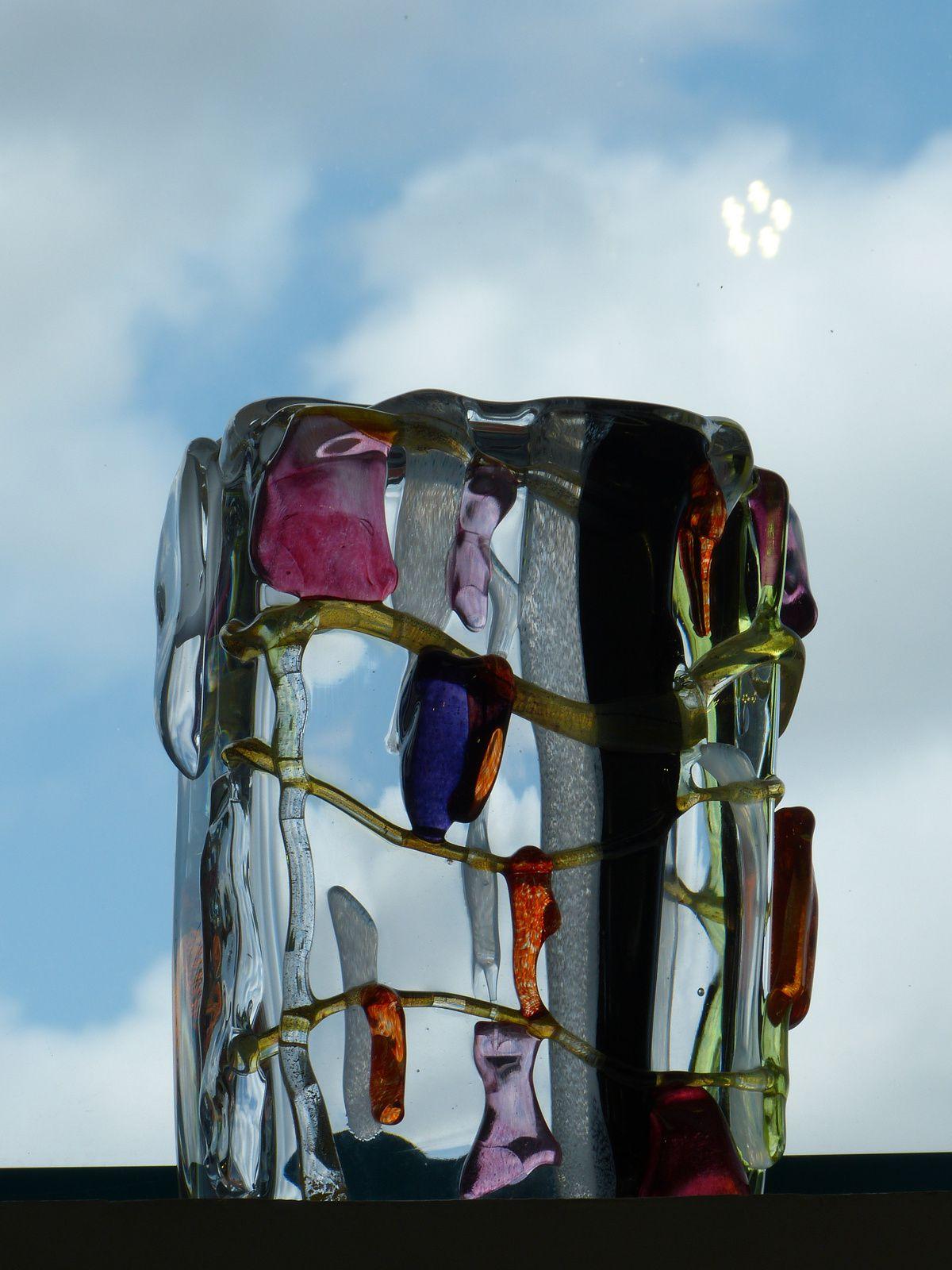 """Xavier Carrère créateur et sculpteur de verre ne se contente pas d'exposer ses oeuvres originales dans sa Galerie """"Léonart"""" à Léon (Landes).Il a créé un musée ouvert à tous""""verre atlantique"""" à Magescq (40140), ou seul et sans aucune aide ou sponsor, il a réuni  divers créateurs du verre ainsi qu'un atelier pédagogique! Cette initiative mériterait d'être encouragée par la région et les élus locaux, et les créations de Xavier mériteraient une place de choix au Musée des Arts Décoratifs à Paris....."""
