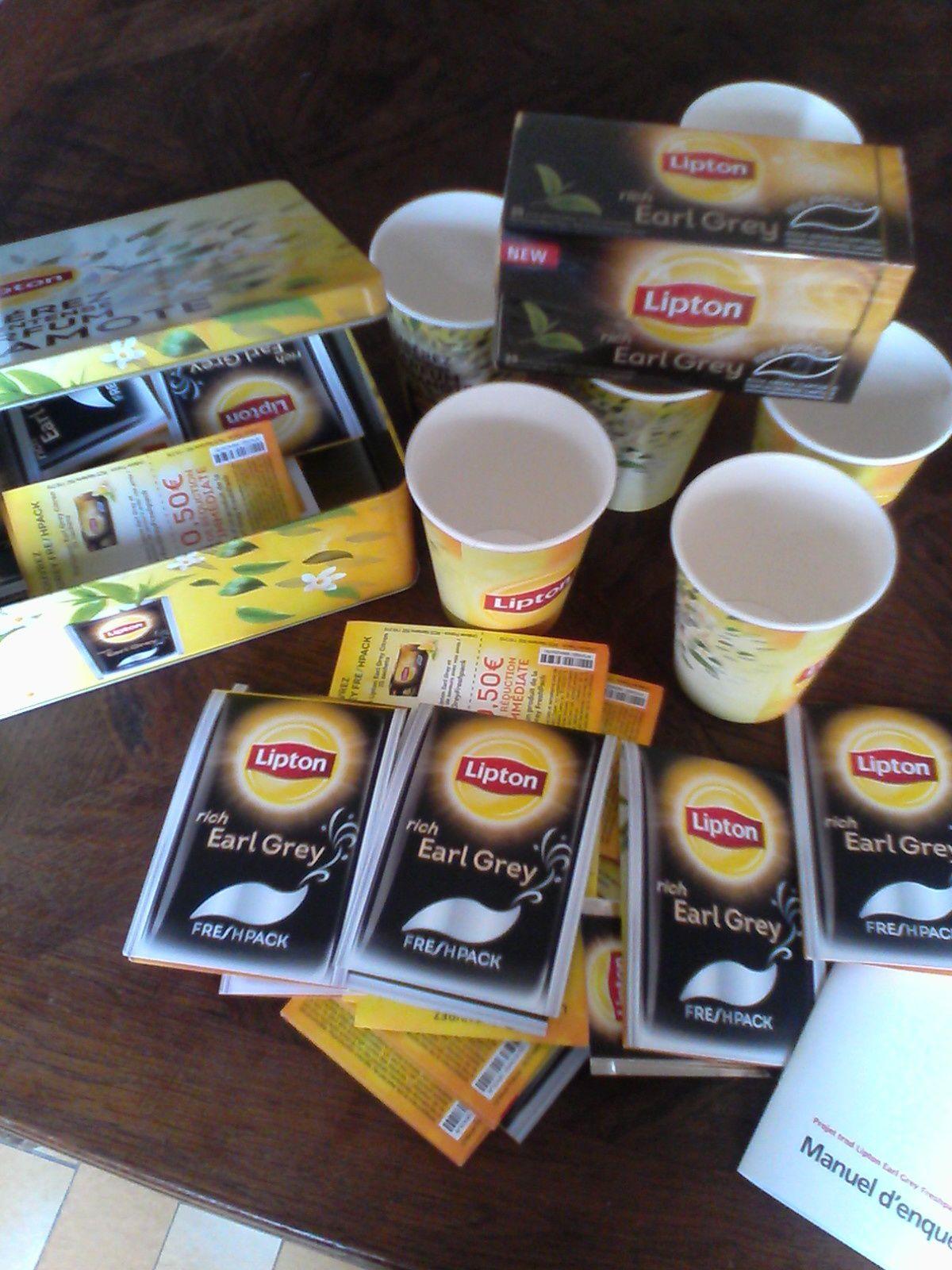 1 boîte de Lipton Earl Grey, 1 boîte en métal Lipton, des brochures avec des bons de réductions, des échantillons et 1 enquête marketing.