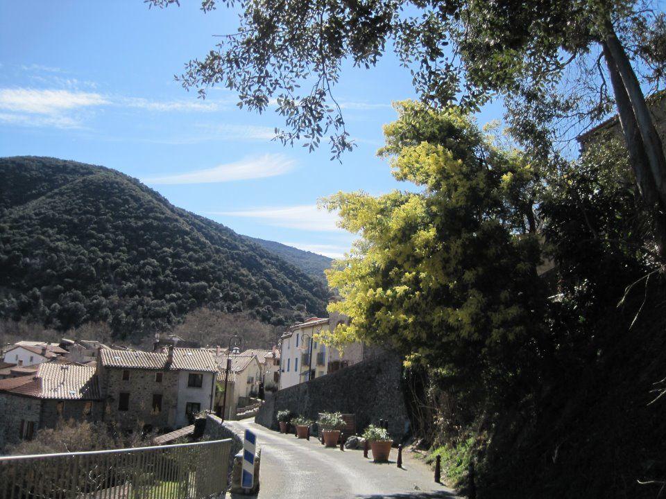 L'entrée du village   et la grange qui est une belle bibliothèque à droite l'escalier qui menait à l'école