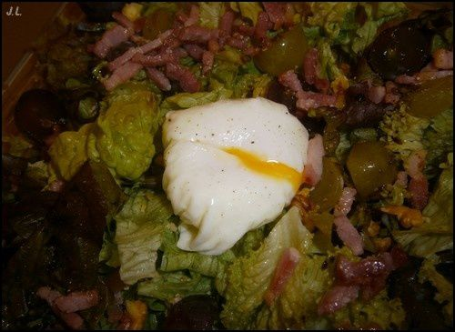 Oeuf poché sur son lit de salade d'automne