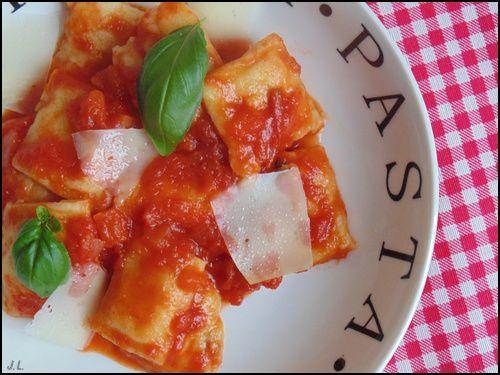 Raviolis au poulet à la sauce tomate