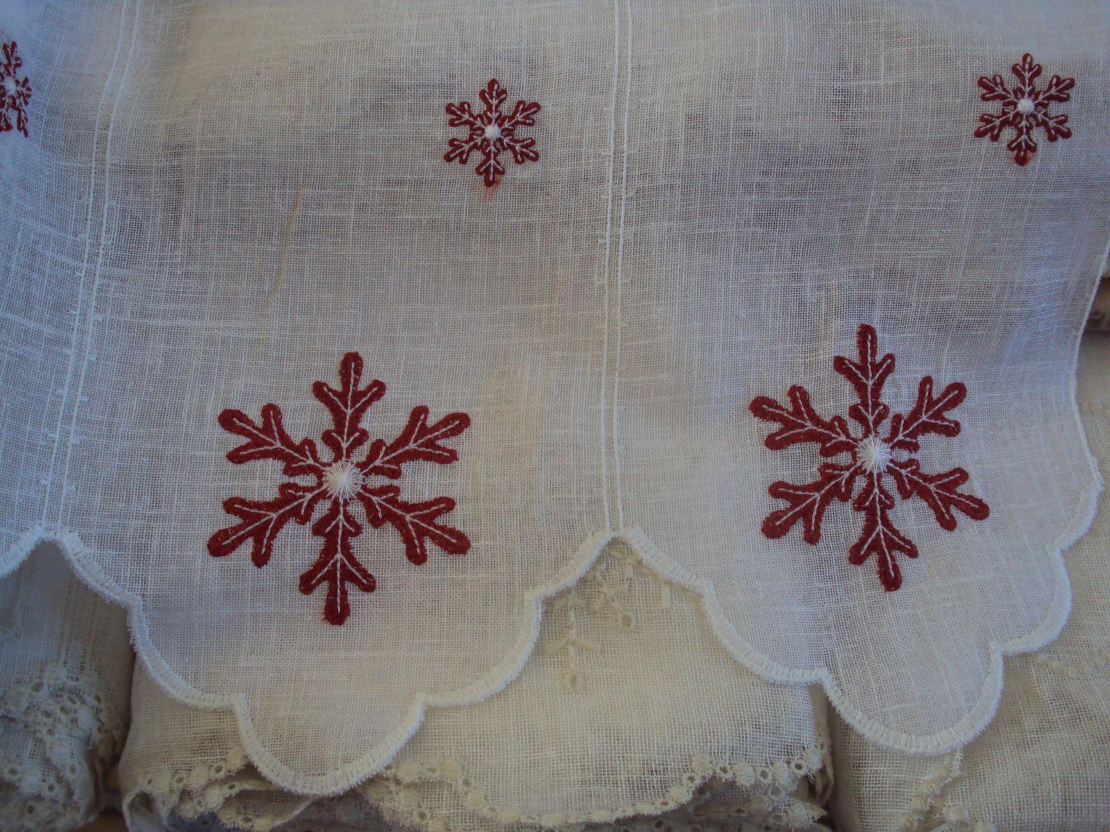 """voilage  polylin blanc  """" flocon """" colorie rouge   bande 15 cm / 45 cm hauteur : 30€ / M"""