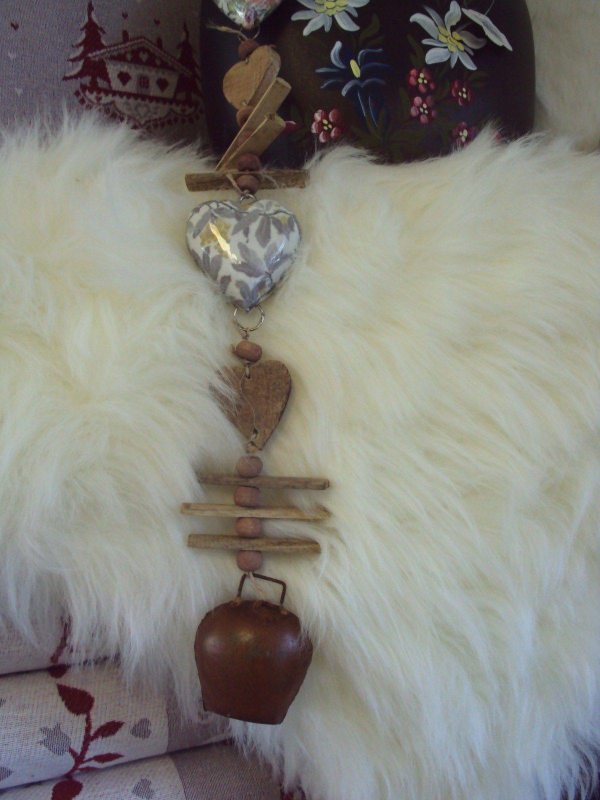 Suspension  coeur  / bois  / clochette   : 16€