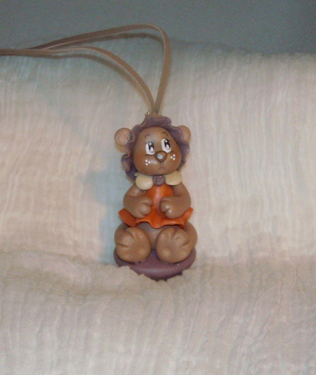 Collier en daim avec ourson en porcelaine froide