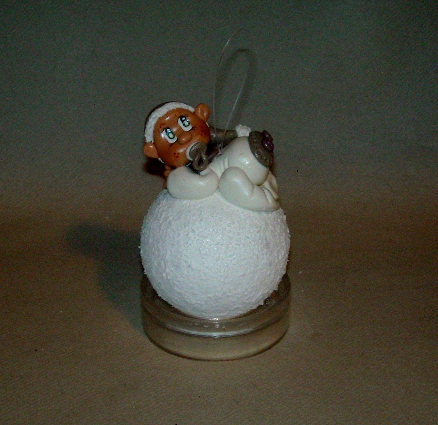 Boule de Noël avec bébé  en porcelaine froide
