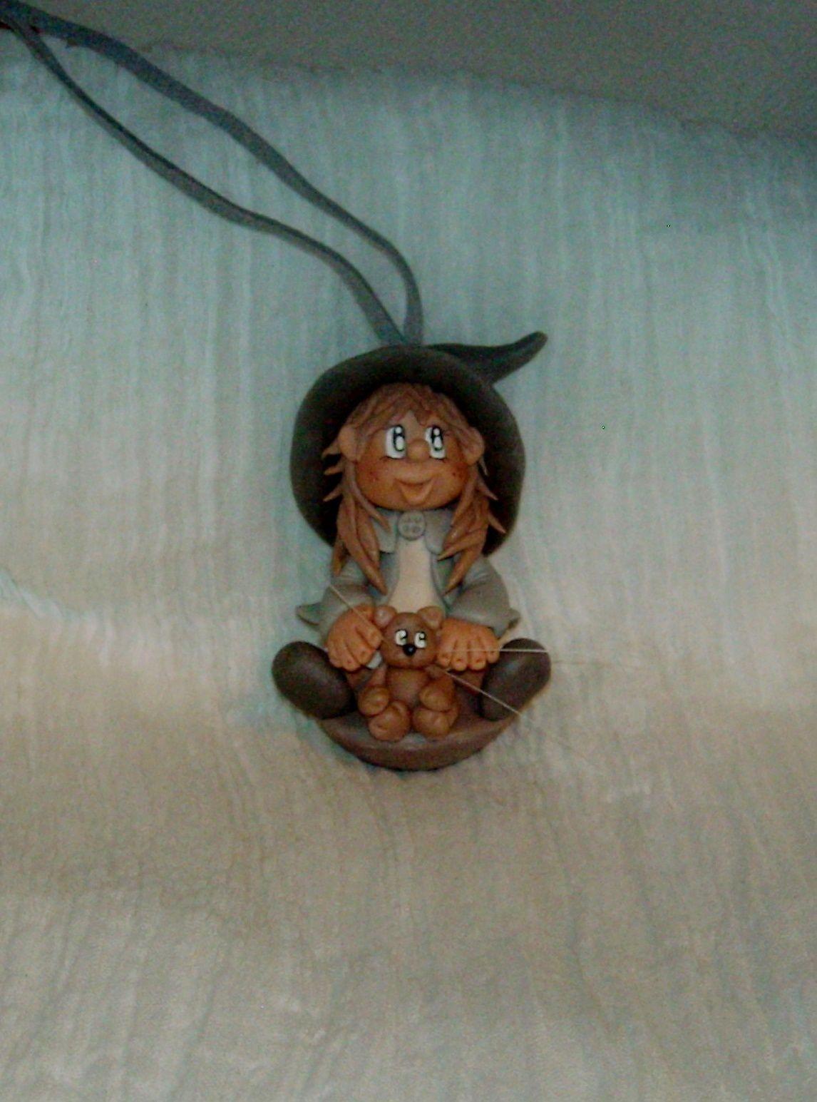 Collier en daim avec p'tite sorcière et son chat en porcelaine froide