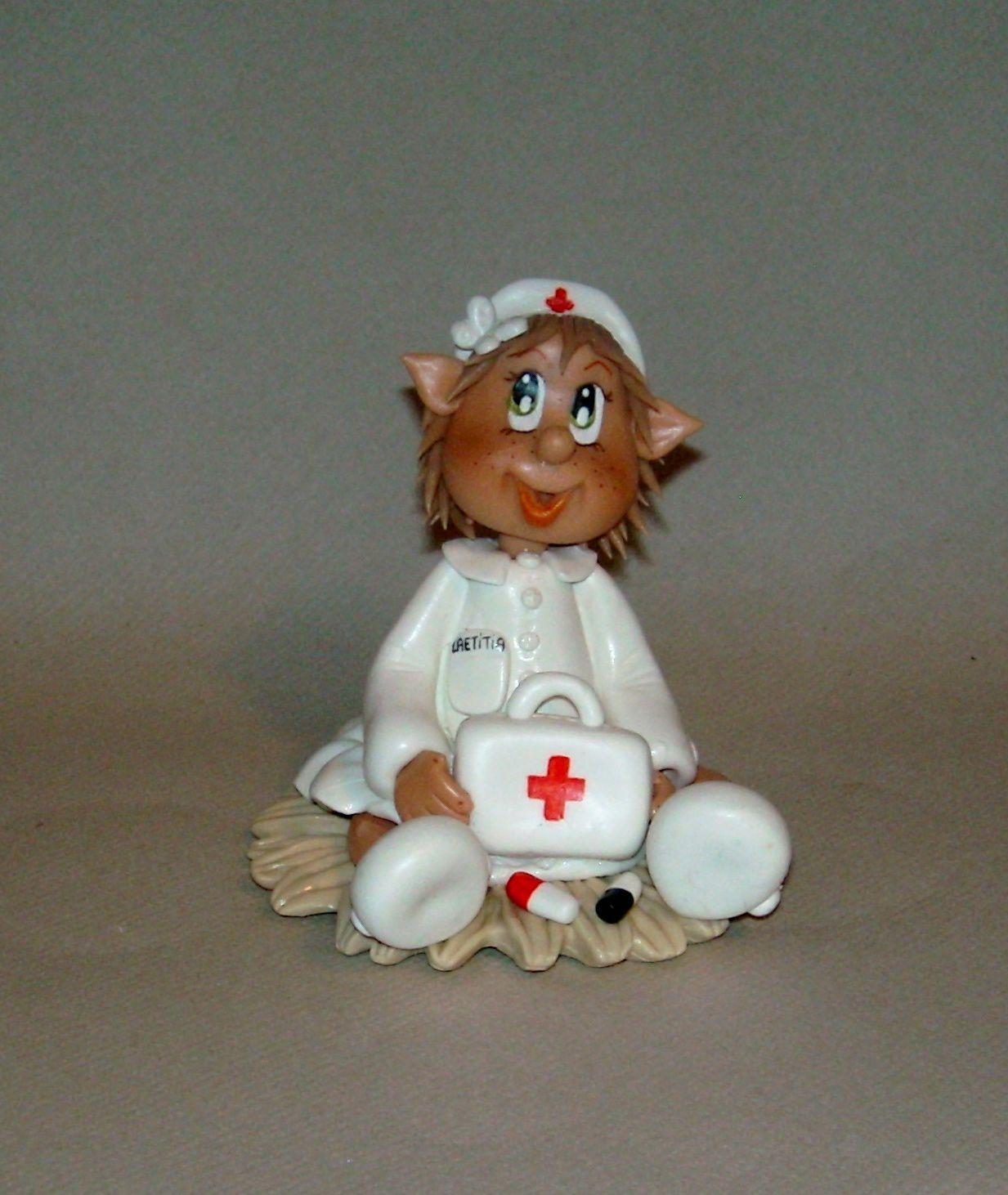 Petite elfe infirmière personnalisée en porcelaine froide
