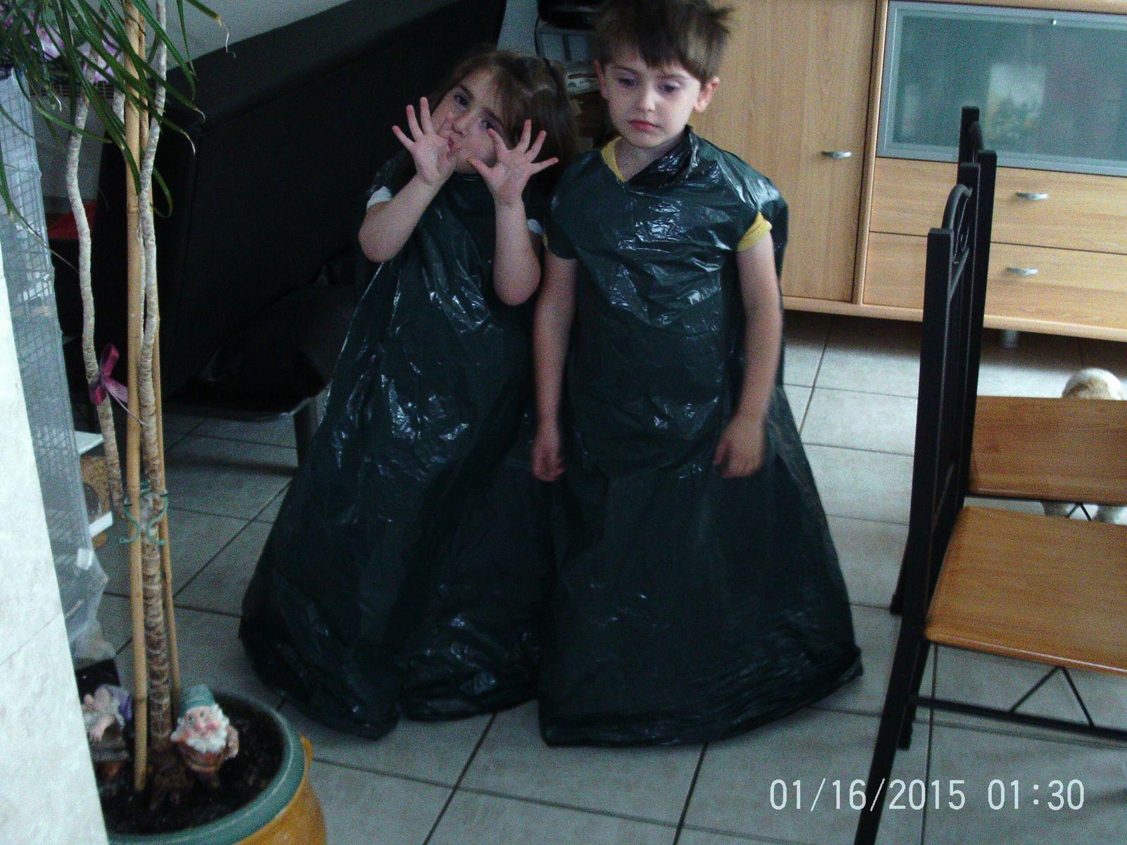 Un grand sac poubelle avec un trou pour la tête et un autre pour les bras, et l'affaire est faite !