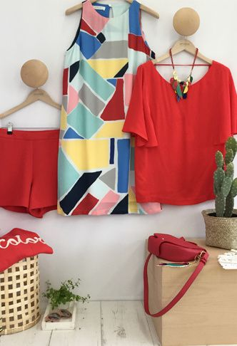 Short 25,95€, robe colorblock 25,95€, top à manches pagode 29,95€, pull à message 35,95€, sac 19,95€