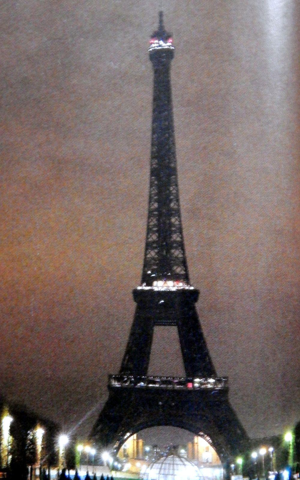 La Tour Eiffel éteinte en signe de deuil