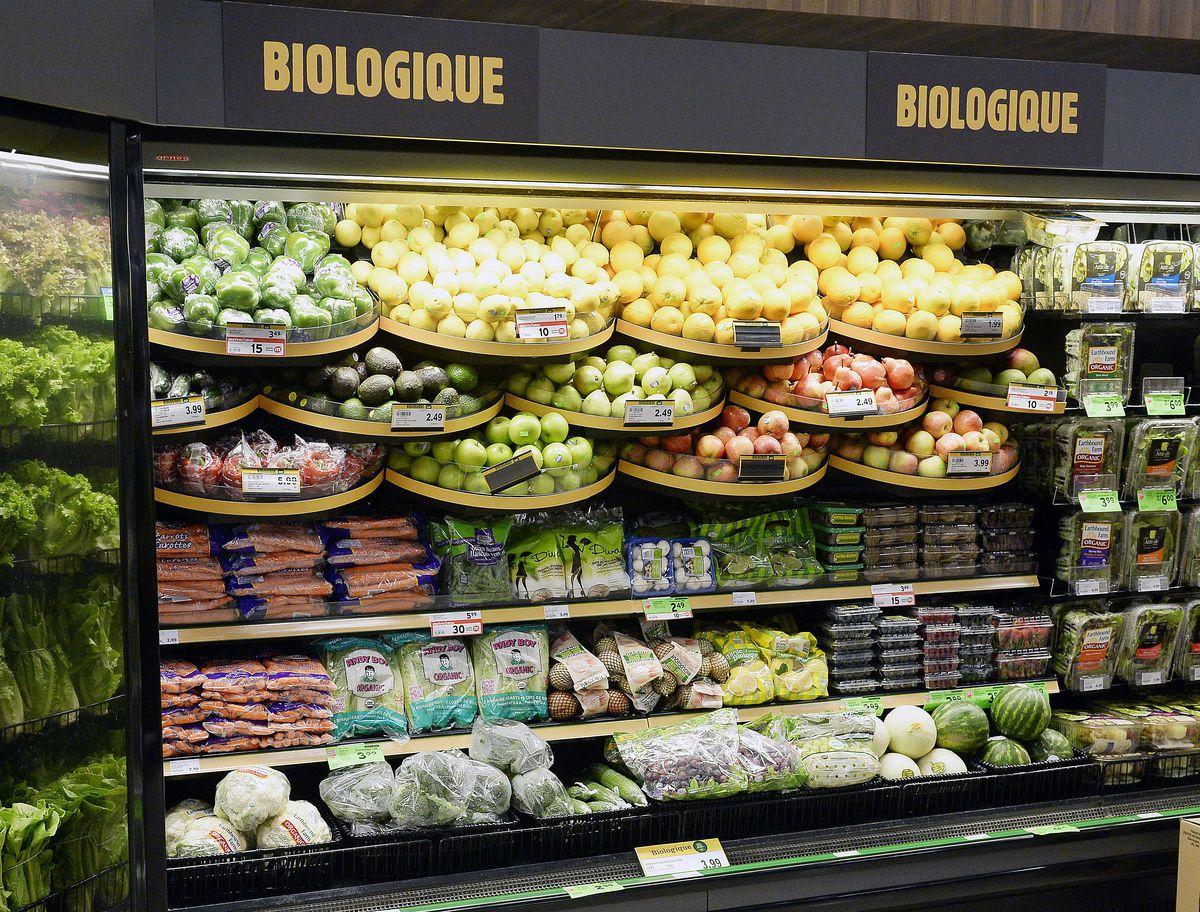 Fruits & légumes en mural en mobilier réfrigéré , avec une offre de produits bio