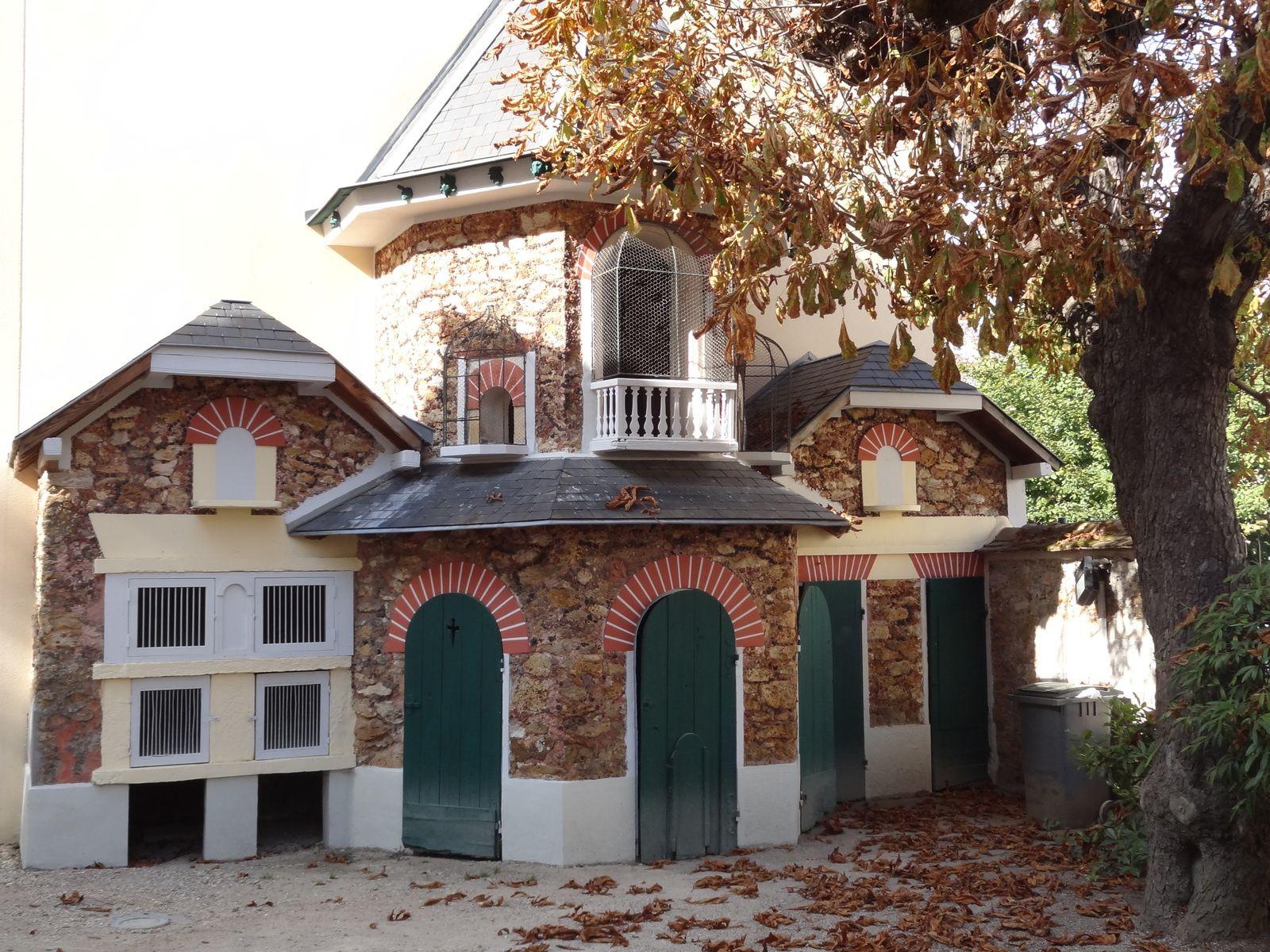 Le musée , l'office du tourisme et le parc
