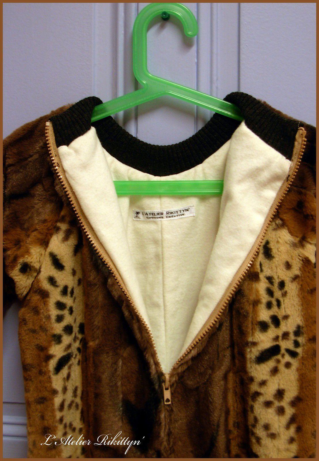 """2012.03.11 - Bébé """"bisounours"""" en fausse-fourure doublé en coton molletonné, bords côtes et fermeture zip"""