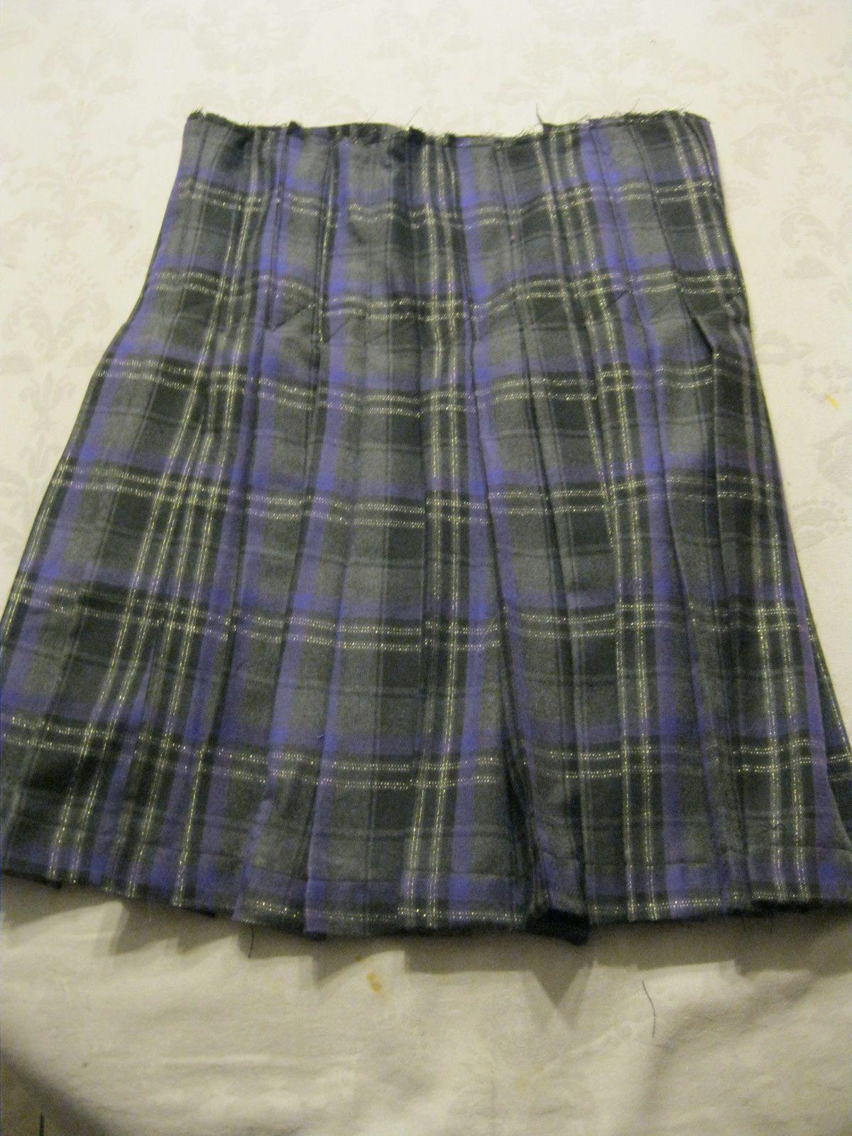 en haut, le devant du kilt avec son panneau sans pli et en bas, l'arrière du kilt entièrement plissé.