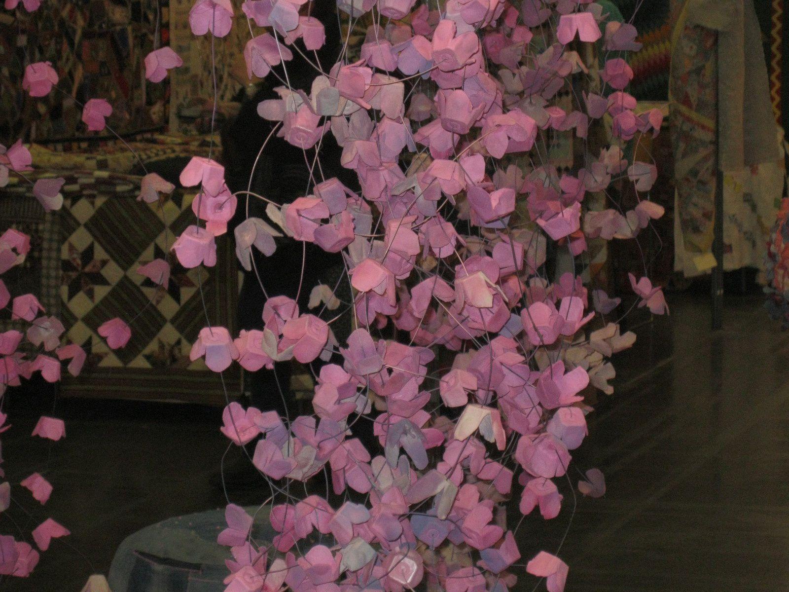 Fleurs de cerisier faites avec.... des boîtes à oeufs. Quelle merveilleuse idée.