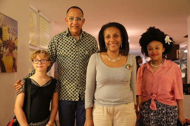 Sakina M'sa parraine la seconde édition           La deuxième édition du festival des arts contemporains des Comores s'ouvre ce jeudi 29 mai au Palais du Peuple, sous le patronage du ministère des Arts et de la Culture. Cette année, le FACC sera parrainé par la styliste comorienne Sakina Msa.    Palais du peuple, Medina Badjanani, Volo-volo, Oasis, l'Office du tourisme, l'Université, le Foyer des femmes, le CNDRS, la baie de Kalaweni, seront tous pris d'assaut par les artistes. Ces lieux accueilleront les expositions, conférences et performances des artistes internationaux venus animer ces 4 jours d'activités. Le festival a été créé pour la « promotion et le développement de l'art contemporain aux Comores ». Cet évènement réunira les grands noms de la culture dans l'archipel. Les invités d'honneur sont le créateur de mode Sidahmed Alphadi Seidnaly, le plasticien Wihiam Zitte, le directeur artistique et commissaire d'exposition venu d'Haïti, Giscard Bouchotte, l'écrivain Djibril Tamsir Niane de la Guinée et la créatrice de mode, Nourel Moussa. Des photographes, danseurs, littéraires, peintres, plasticiens, vidéastes et cinéastes sont également attendus en provenance de France, Haiti, Guinée (…) à ce grand rendez-vous culturel. Plus de 70 invités viendront se joindre aux artistes nationaux dans une dynamique de diversité culturelle et traditionnelle. Ce festival a été initié par le plasticien Denis Baltazar et Fatima Oussein, une avocate franco-comorienne passionnée d'arts. Ces deux grands amoureux de l'art contemporain ont lancé cet évènement pour promouvoir l'art et la culture comorienne et encourager la création artistique dans l'archipel. La première édition organisée en juin 2012 était parrainée par le sculpteur sénégalais Ousmane Sow.   Al-hamdi Abdillah Hamdi - Hzk Presse