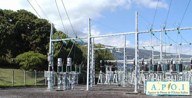 « Le secteur électrique est indéniablement l'épine dorsale du développement dans toute économie »avait lancé Donald Kaberuka, Président de la BAD, lors du forum des partenaires au développement qui a eu lieu au mois de février à Moroni. Or l'Union des Comores est le pays d'Afrique qui affiche le plus bas taux de recouvrement et le taux le plus élevé en pertes. Parmi les défis à relever : améliorer la gouvernance technique et financière des sociétés d'électricité de la MAMWE et EDA, augmenter la production, refondre le cadre juridique et réglementaire du secteur, améliorer les compétences nécessaires à une bonne gestion dans le secteur. Leo Heileman, qui représente le Système des Nations Unies et plus particulièrement le Programme des Nations Unies pour le développement (PNUD) à cette table ronde, a réaffirmé sa volonté ferme d'agir, notamment en mobilisant les acteurs autour d'une même direction. « Face à la crise énergétique que traverse actuellement les Comores, nous, partenaires au développement et bailleurs, avons la responsabilité d'accompagner le gouvernement de l'Union des Comores dans le développement d'un mix de solutions énergétiques durables, adaptées aux besoins du pays. » La production d'électricité aux Comores est essentiellement assurée à partir de centrales thermiques à diesel. La capacité totale installée est de 30,680 MW pour une capacité disponible de 14,5 MW tandis que la demande potentielle de pointe est de 18,8 MW pour l'ensemble des trois îles.