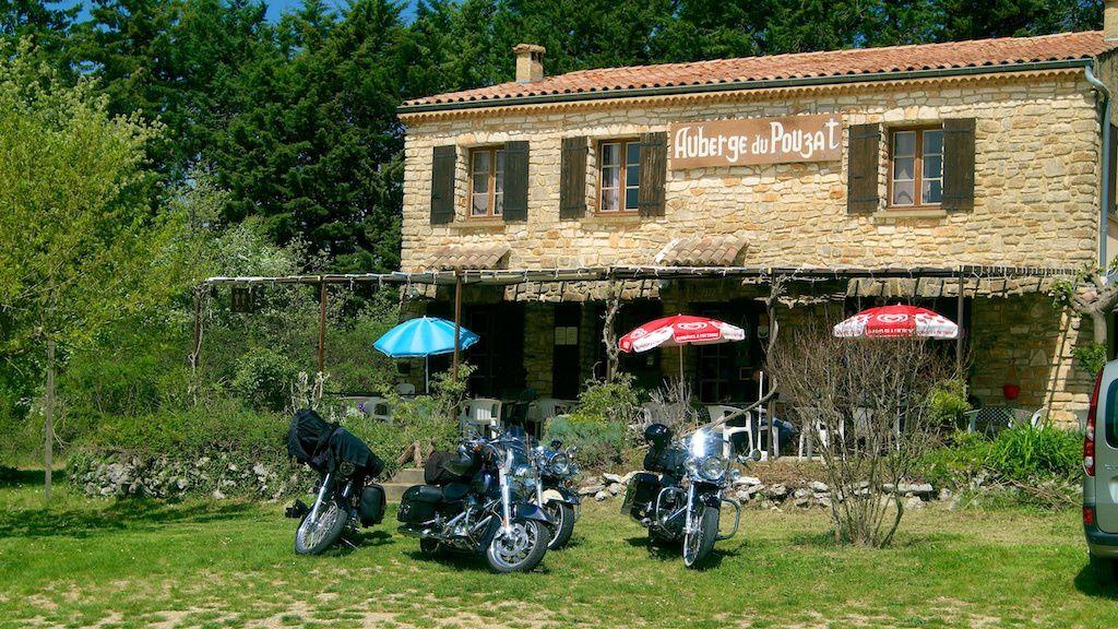 Pause déjeuner.  Auberge du Pouzat - des gorges de l'Ardèche  La seule étape entre Vallon Pont d'Arc et Saint Martin d'Ardèche  Belle surprise la patronne nous à servir un repas pour moins de 16 € copieux, dans un cadre magnifique.