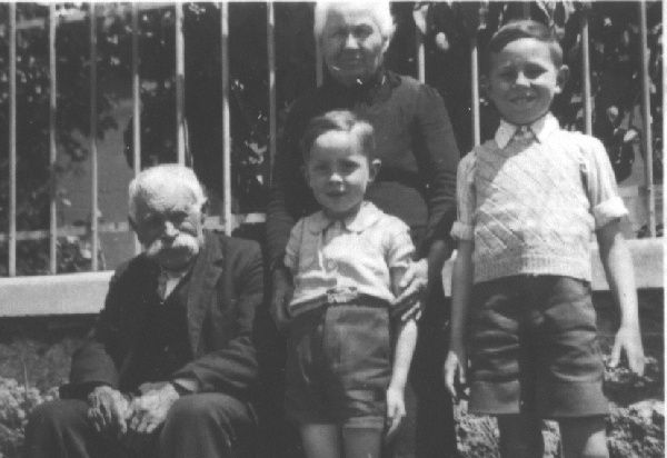 1945/46 avec mes grands parents du Lot et mon frère âiné