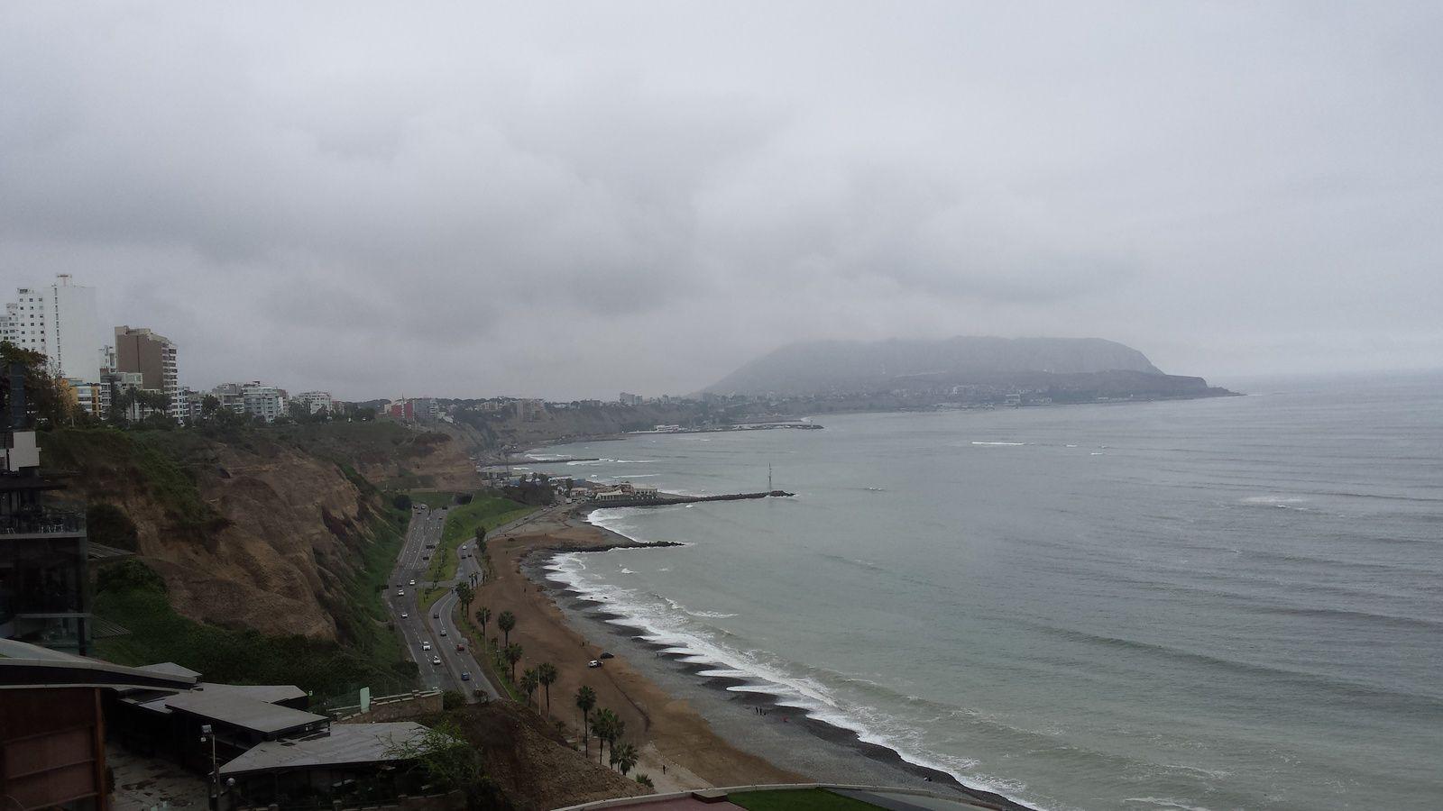 15 km à pied à travers Lima pour aller voir le Pacifique aussi gris que le ciel