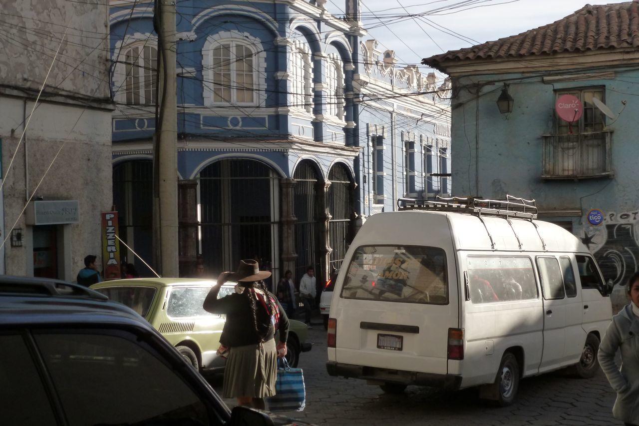 Potosi : j'aime beaucoup cette photo , il y a tous les contrastes : l'architecture , la bolivienne au milieu de la circulation , les bus collectivo blancs qui foncent comme des malades pour 3 sous, la vieille  WW de plus de 30 ans, les fils électriques, la pub claro pour les portables !