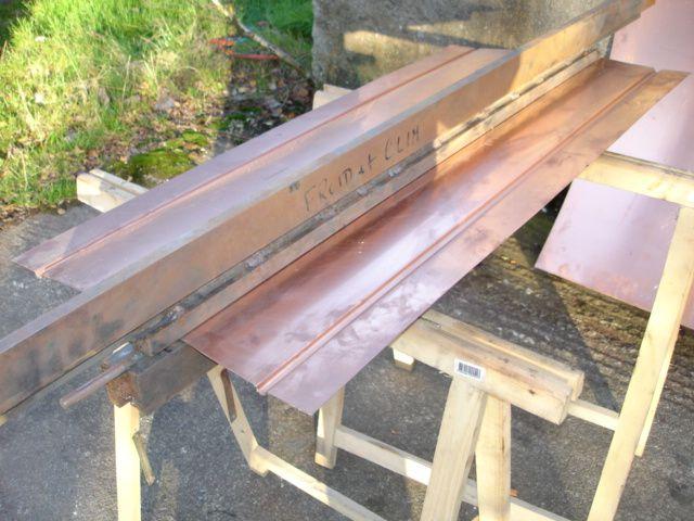 Avec un outil auto fabriqué en mécano soudé, on embouti la tôle pour insérer les tube de 8x10 en cuivre