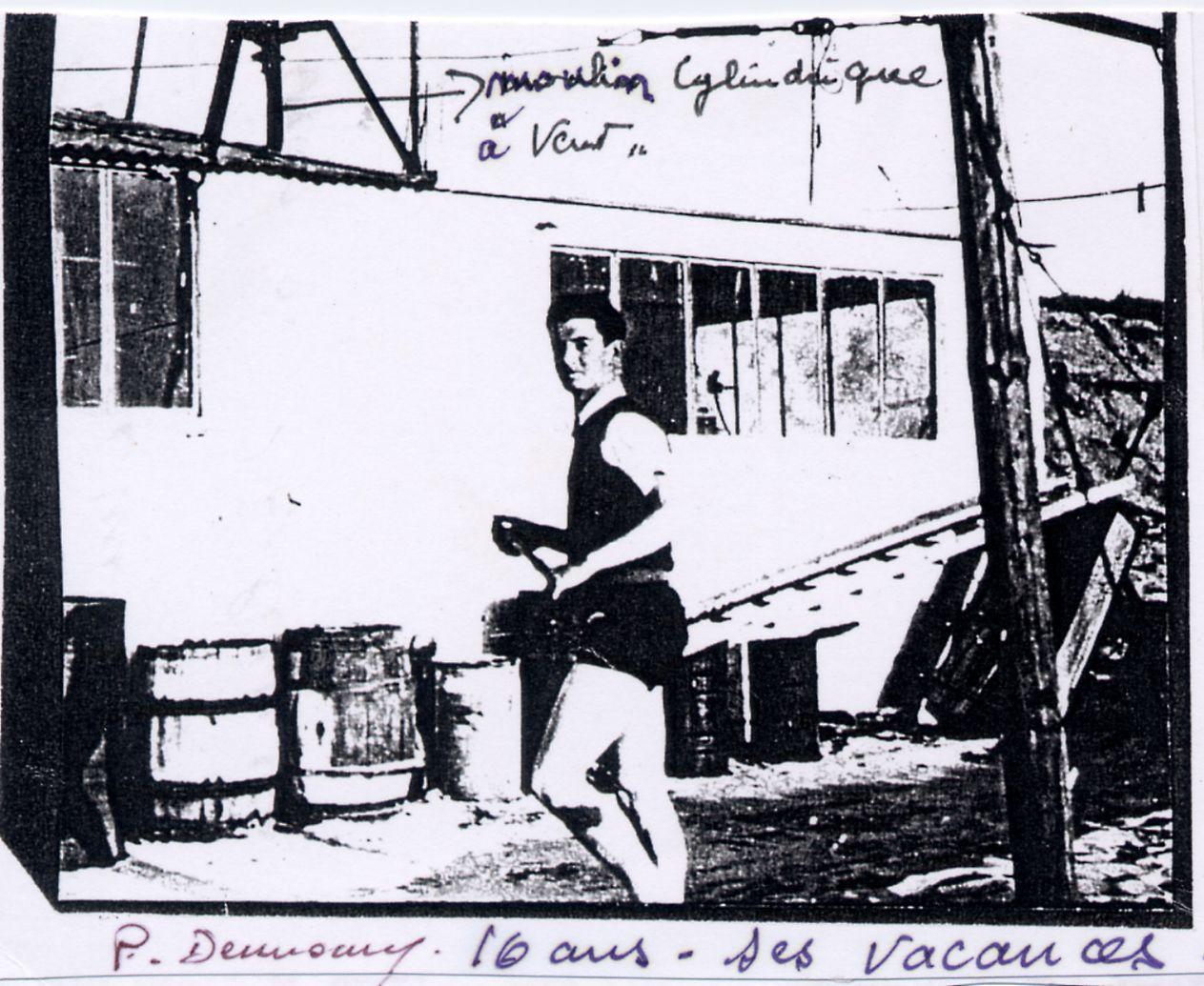 Pierre travaille à l'atelier pendant ses vacances
