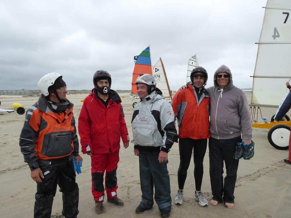 Les 4 frères (chacun sur un DN) et à droite, Georges le cousin du Québec . Quelle cousinade ! Grand coup de chapeau à Loïc, Céline et Louise ! Photo Mireille Barral