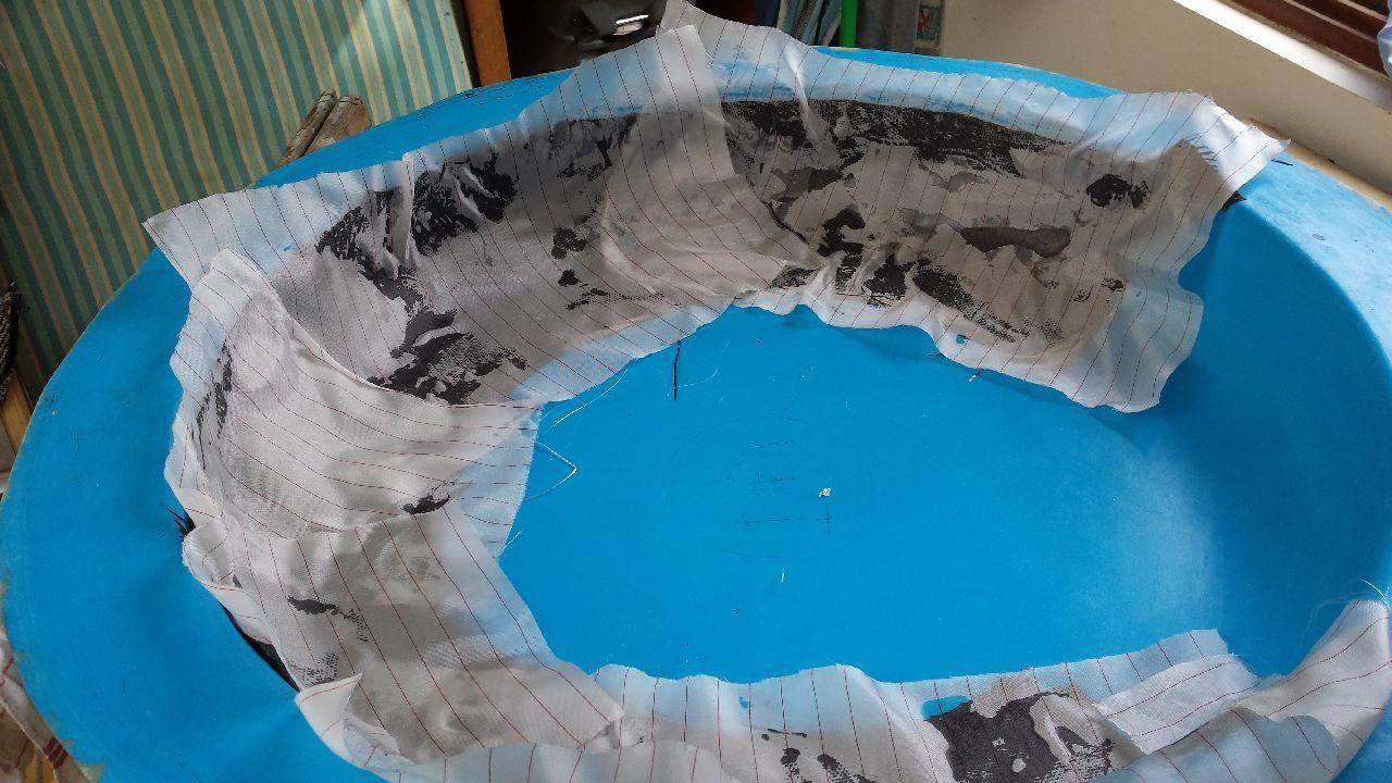 Puis on dispose le tissu d'arrachage qui va permettre de séparer la pièce du tissu draineur ou absorbeur...