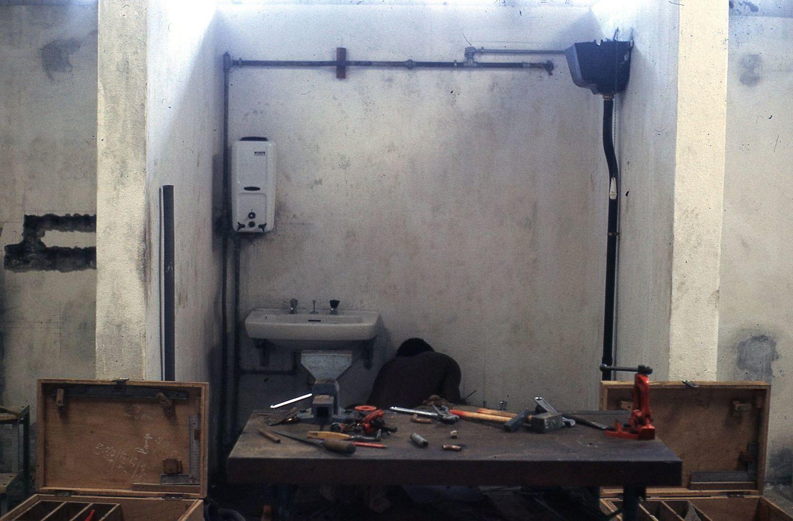 une cabine de plomberie , atelier dans lequel Philippe va enseigner.