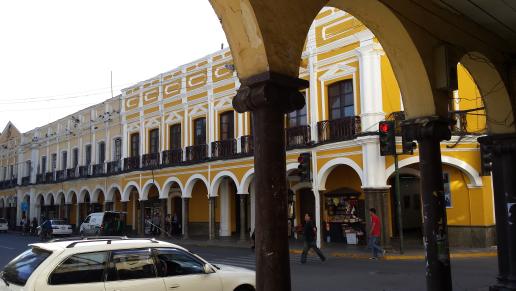 Cochabamba. Seule la place du 14 septembre est restée coloniale avec ses arcades sur les 4 côtés.
