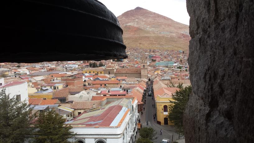 Depuis le clocher de la cathédrale. Potosi fit la richesse de l'Espagne grâce à ses mines d'argent. Mais cela coûta la vie à 8 millions de noirs et d'indiens. Vieille de 5 siècles c'est la ville de plus de 100000 habitants la plus haute du monde.