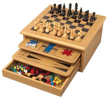 """"""" Le jeu de société est un jeu qui se pratique à plusieurs personnes, par opposition aux jeux qui se pratiquent seul, les jeux solitaires ou casse-tête."""""""