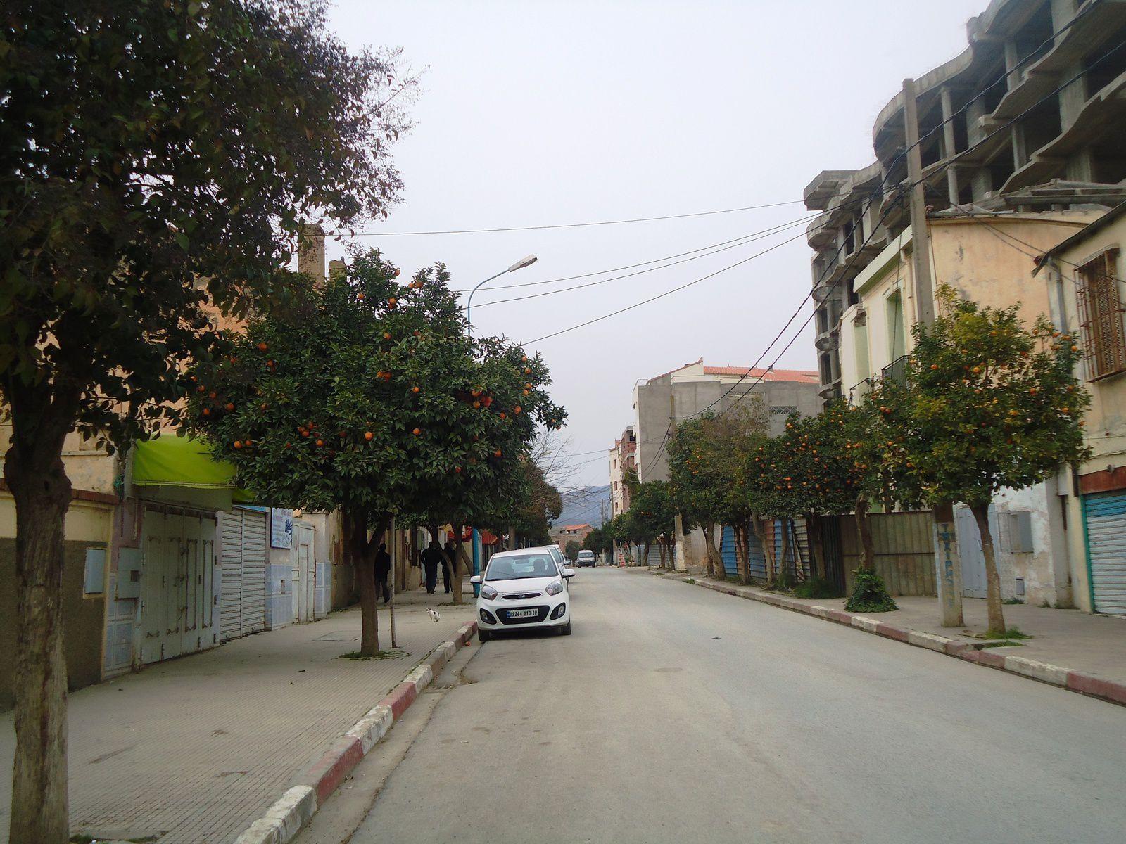 Une vue Bouira ,un jour de vendredi . صورة من مدينة البويرة في يوم جمعة